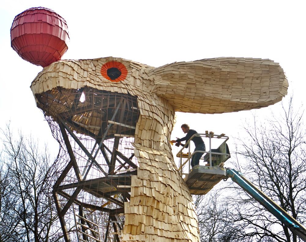 Nijmegen, 140311 Kunstenaar Florentijn Hofman (06 48170418) bouwt in het Valkhofpark het Uitkijkkonijn, een kunstwerk van houten plankjes waarin je naar boven kan klimmen en uitzicht krijgt over de Waal. Foto: Sjef Prins - APA Foto