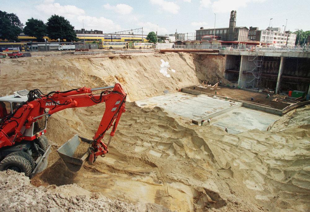 Arnhem,09-07-99 Foto:Koos Groenewold (APA) Uitgraven en aanleg van een werkvloer voor de nieuwe parkeergarage bij het centraal station in Arnhem.