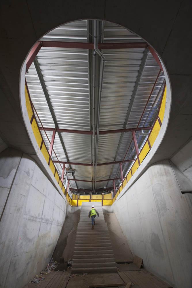 Arnhem, 240409 Station Arnhem, bij verhaal Leendert Douma Entree van de nieuwe passagierstunnel, zuidkant. Boven de loopbrug naar het tijdelijk station. Foto: Sjef Prins - APA Foto