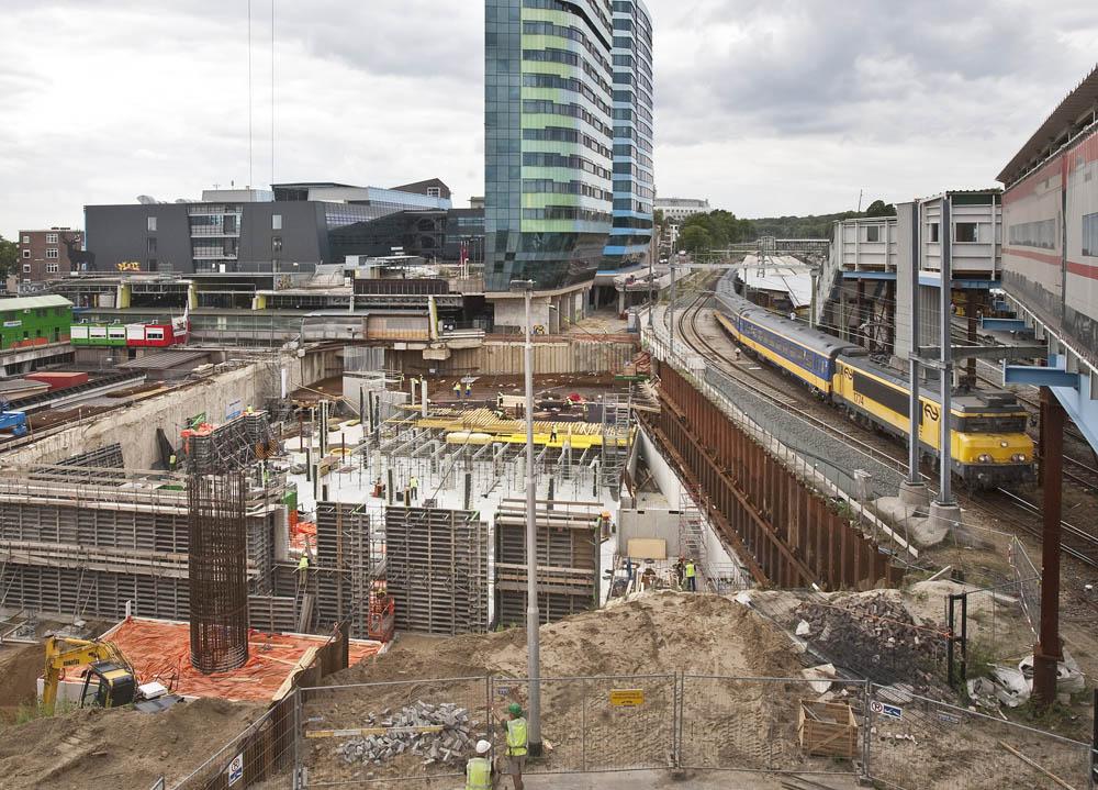 Arnhem, 150710 Stationsgebied, vooraan de bouwput van de fietsenstalling. Erop en op het kantorencomplex naast de torens komt de transferhal. Foto: Sjef Prins - APA Foto