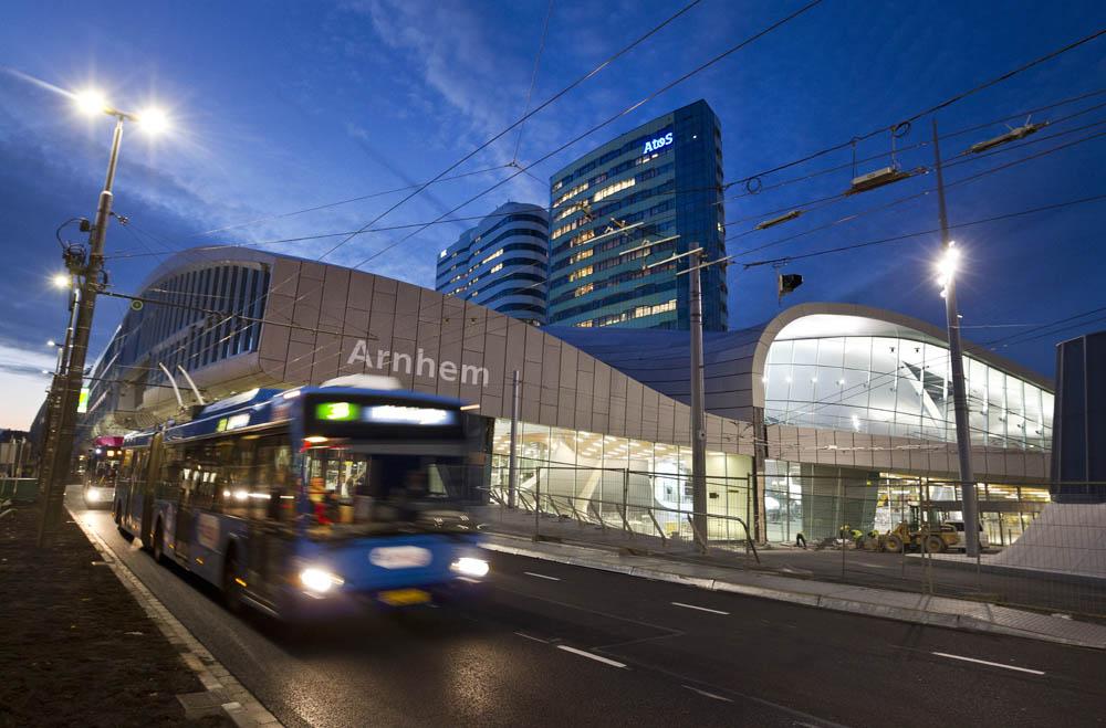 Arnhem, 271015 Het nieuwe station Arnhem bij zonsondergang. Reizigers kunnen morgenvroeg voor het eerst gebruik maken van de nieuwe OV Terminal. De officiële opening van het nieuwe station is op donderdag 19 november. Foto: Sjef Prins - APA Foto vrije aanlevering