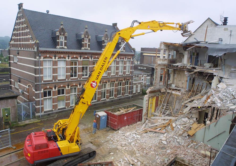 Arnhem, 200901 Kraan van Van Dalen met een lange giek sloopt een gebouw achter station Arnhem. Foto: Sjef Prins / APA Foto.