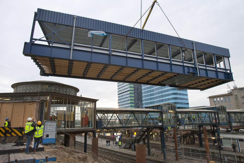 Arnhem 291109 Medewerkers van Buiting staalbouw plaatsen de vervanging van de voetgangersbrug op station Arnhem . Het koepeltje links wordt afgebroken en opnieuw oipgebouwd in park presikhaaf en gaat dienstdoen als theekoepel. verdere tekst via APA-tekst. Foto frans Ypma APA-foto
